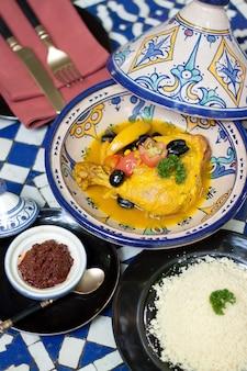 Alimentos indianos, curry de frango amarelo com arroz e mergulhar no restaurante