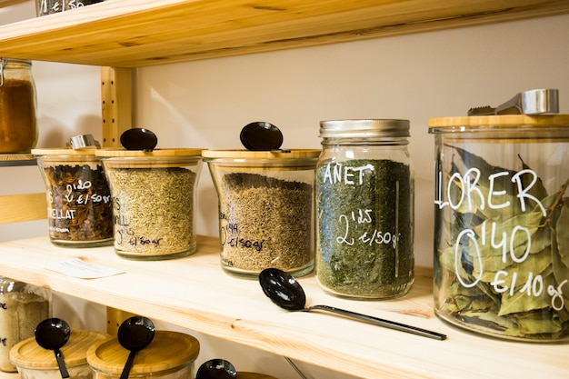 Alimentos orgânicos a granel de self-service loja de resíduos zero ecológica. pequeno negócio local. sementes de louro, endro e erva-doce.