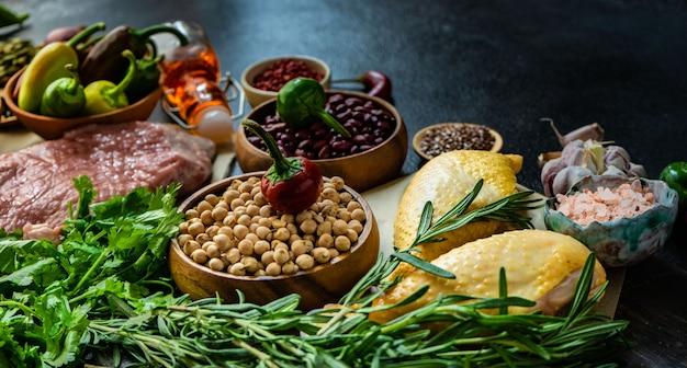 Alimentos orgânicos com carne e cereais