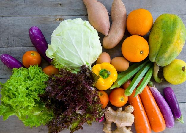 Alimentos orgânicos em um fundo de madeira