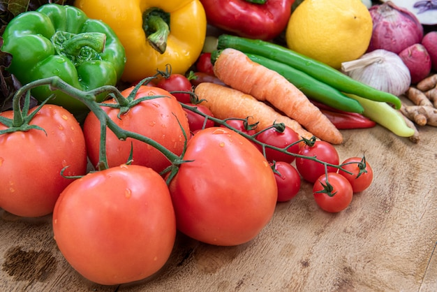 Alimentos orgânicos na placa de madeira, composição com legumes orgânicos crus variados