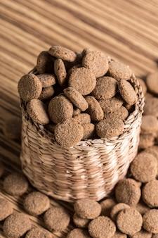 Alimentos para animais de estimação no chão de madeira