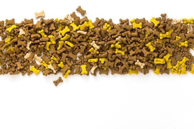 Alimentos para animais de estimação secos, isolados no fundo branco