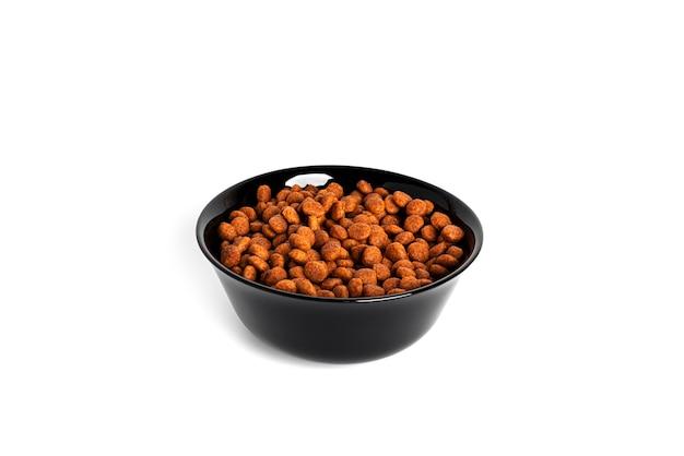 Alimentos para animais secos isolados em um fundo branco. tigela com comida de gato isolada. foto de alta qualidade