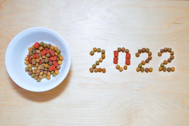 Alimentos para cães e gatos e o rótulo de alimento seco de ano novo trata de animais de estimação em