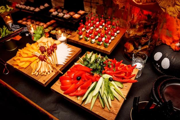 Alimentos para catering. lanches em uma mesa de banquete.
