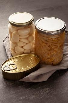 Alimentos preservados de alto ângulo em latas e potes