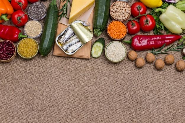 Alimentos ricos em ácidos graxos vegetais, queijo, sardinha, peixe, nozes e sementes. Foto Premium