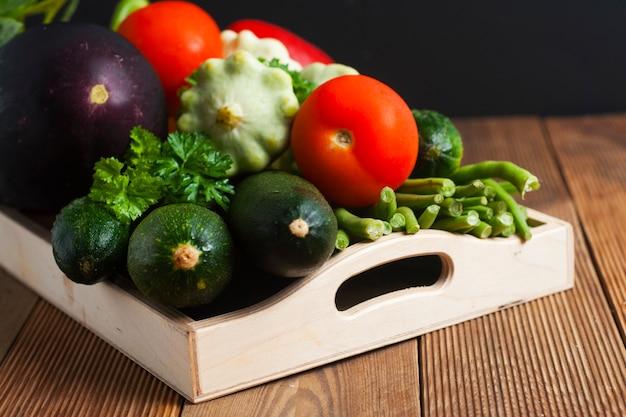 Alimentos ricos em fibras. dietting. zzuchini, tomate, pepino, feijão.