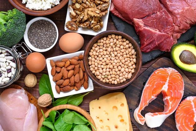 Alimentos ricos em proteínas - peixe, carne, aves, nozes, ovos e legumes. conceito de alimentação e dieta saudável