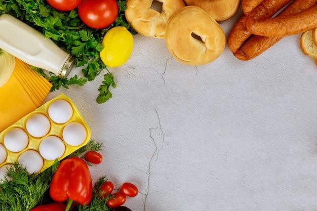 Alimentos saborosos e vegetais. vista do topo.