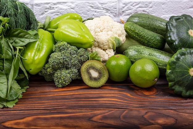 Alimentos saudáveis comprando alimentos em uma variedade de vegetais verdes do mercado