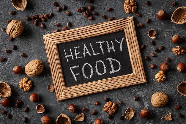Alimentos saudáveis de inscrição de diferentes nozes