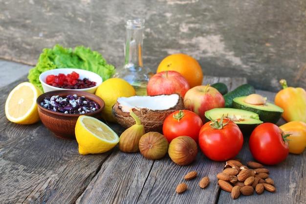 Alimentos saudáveis de origem vegetal em fundo de madeira velho. conceito de nutrição adequada.