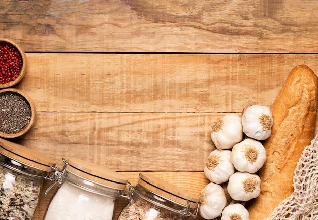 Alimentos saudáveis e sementes em fundo de madeira