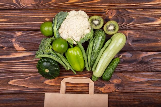 Alimentos saudáveis e vegetais no conceito de compras de supermercado