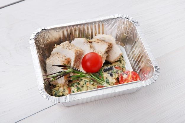 Alimentos saudáveis em caixas. conceito de entrega de comida
