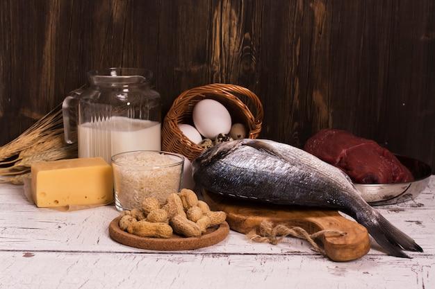 Alimentos saudáveis, fontes naturais de proteína sobre a mesa de madeira