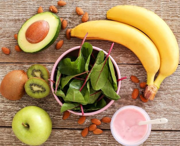 Alimentos saudáveis, frutas e iogurte