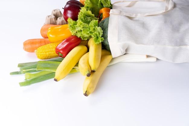 Alimentos saudáveis frutas e vegetais em supermercado conceito de compras de supermercado