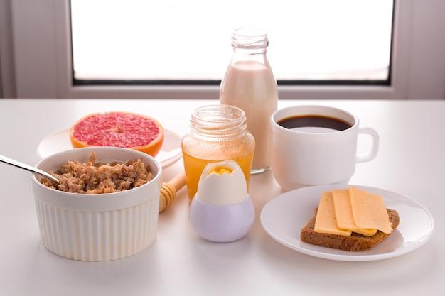 Alimentos saudáveis no café da manhã