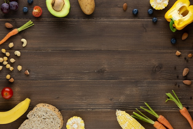 Alimentos saudáveis orgânicos antioxidantes em fundo de madeira