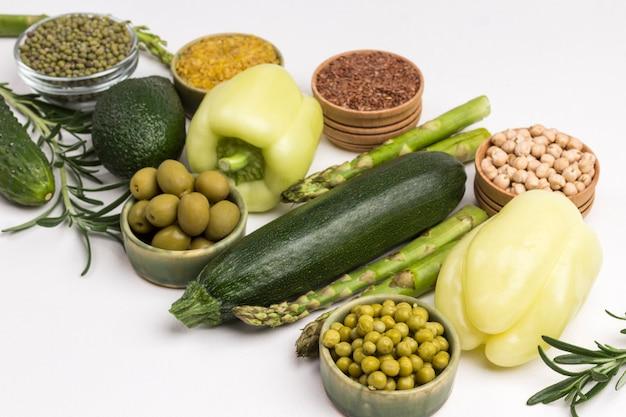 Alimentos saudáveis para dieta e estilo de vida vegetais verdes, quinoa bulgur, grão de bico, amêndoa de linho