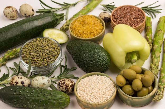 Alimentos saudáveis para dieta e estilo de vida vegetais verdes, quinua, bulgur