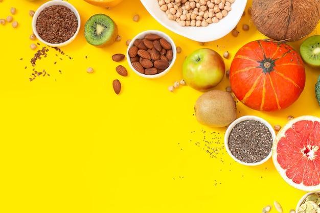 Alimentos saudáveis para fitness, reforço imunológico ou perda de peso com frutas, vegetais, sementes, nozes