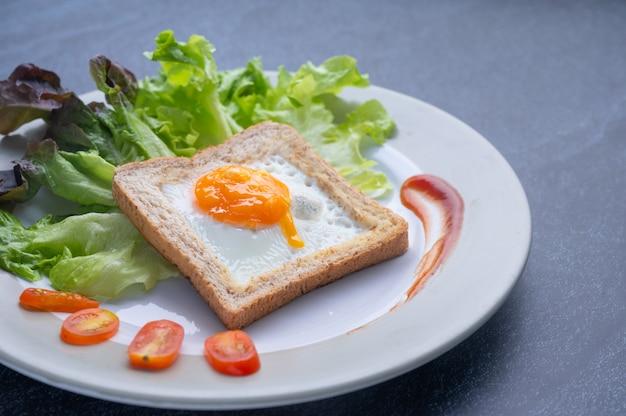 Alimentos saudáveis que consistem em nutrientes completos de vegetais, carne e ingredientes saudáveis
