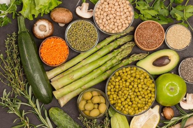 Alimentos saudáveis vegetais, sementes, vegetais em fundo preto