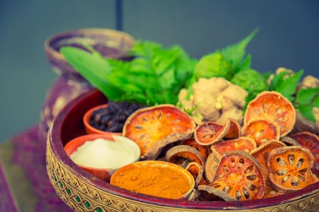 Alimentos secos em uma tigela de barro