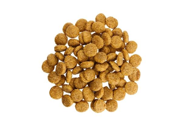 Alimentos secos para cães e gatos empilham a vista superior isolada no fundo branco