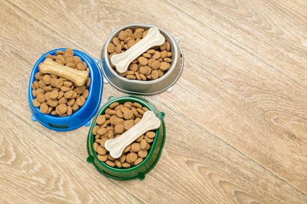Alimentos secos para cães ou gatos.