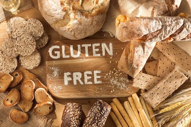 Alimentos sem glúten. várias massas, pães e salgadinhos no fundo de madeira da vista superior