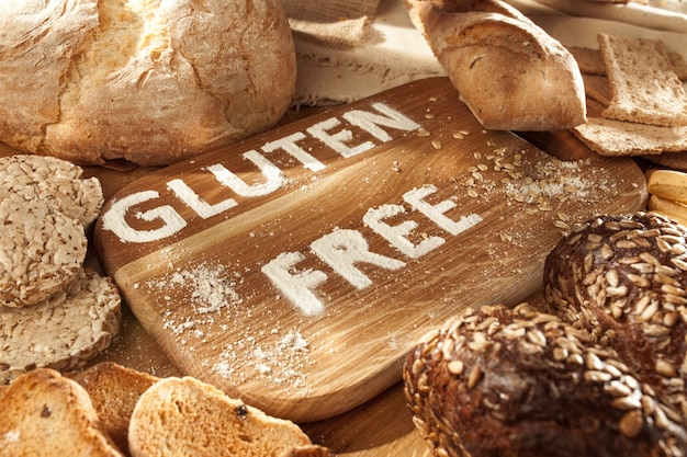 Alimentos sem glúten. várias massas, pão e lanches em fundo de madeira da vista superior. conceito de dieta saudável.