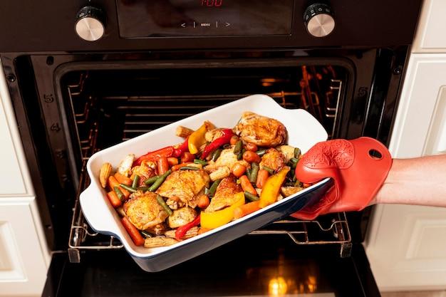 Alimentos sendo colocados no forno para cozinhar