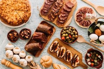 Alimentos variados na mesa estampada