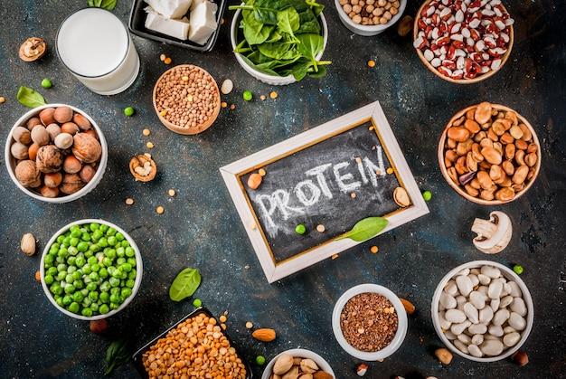 Alimentos veganos de dieta saudável, fontes de proteínas vegetarianas: tofu, leite vegano, feijão, lentilha, nozes, leite de soja, espinafre e sementes