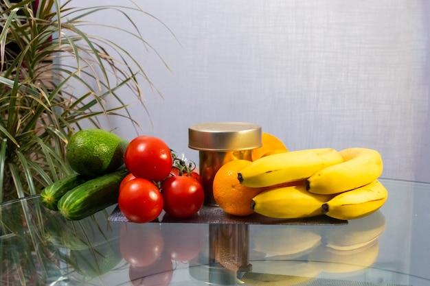Alimentos, verduras e frutas estão na mesa da cozinha, doações para quem precisa durante o auto-isolamento e quarentena