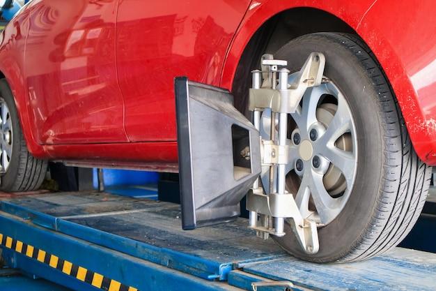 Alinhamento da roda do carro em andamento no centro de serviços de reparo automotivo