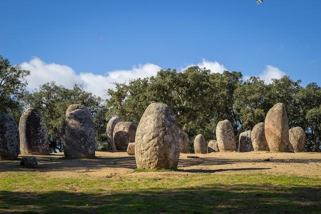 Alinhamento de pedras neolíticas durante o dia