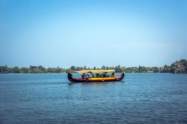 Alleppey, kerala, india - 15 de agosto de 2010: povos indígenas não identificados em um pequeno barco em remansos. os remansos de kerala são uma grande atração turística e parte integrante da vida da população local em kerala