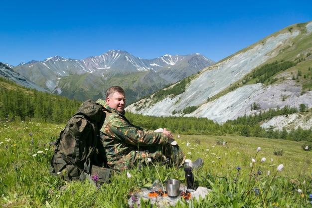 Almoço ao ar livre nas montanhas.