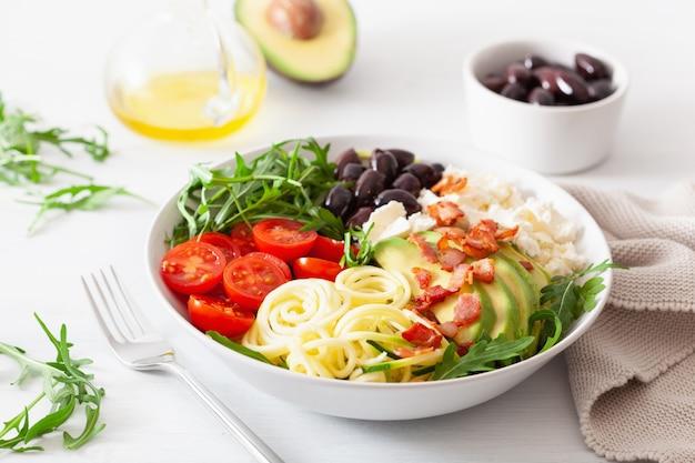 Almoço cetogênico: abobrinha em espiral com abacate, tomate, queijo feta, azeitonas, bacon