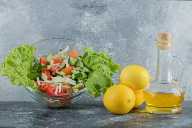 Almoço cheio de vegetação. salada de legumes com azeite e limão. foto de alta qualidade