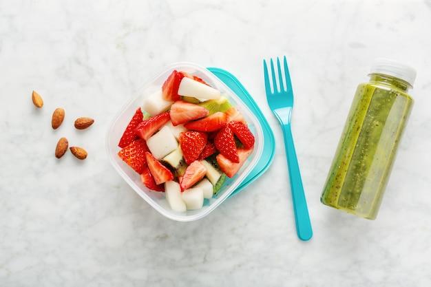 Almoço com frutas na caixa