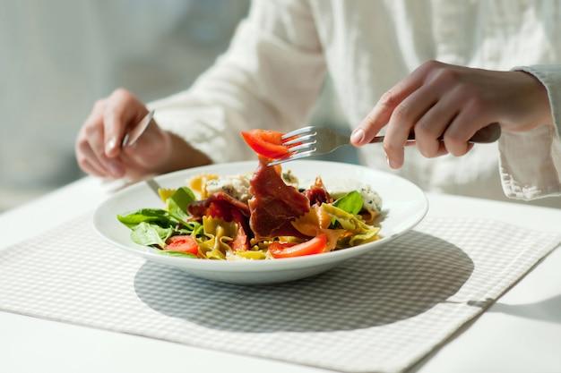 Almoço com salada grega fresca