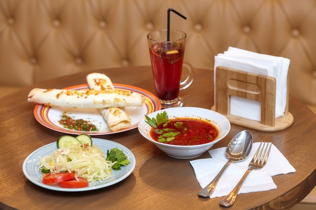 Almoço com shawarma, sopa vermelha e salada
