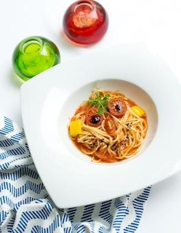 Almoço de crianças saudáveis e criativas. monstro louco engraçado